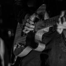 Kazya concert, noir et blanc, F!, Fi, guitariste, chanteur, photographe, Rennes (2)